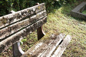 古びたベンチ