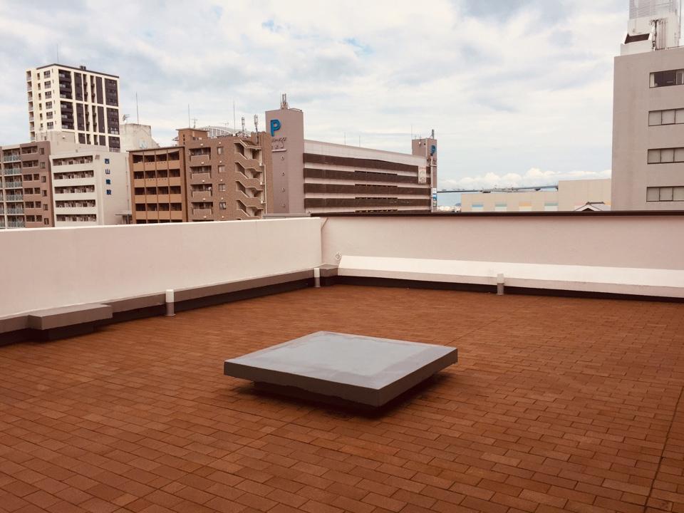 この日は曇りですが、日当たりのよい弊社の屋上です。 活用方法について検討中です。
